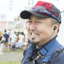 高橋優介(ゆーすけ)ezorock事務局長。ボランティアスタッフが事務所で活動中など困ったことがあれば「ゆーさん」と呼ばれる頼れる存在。料理が得意。