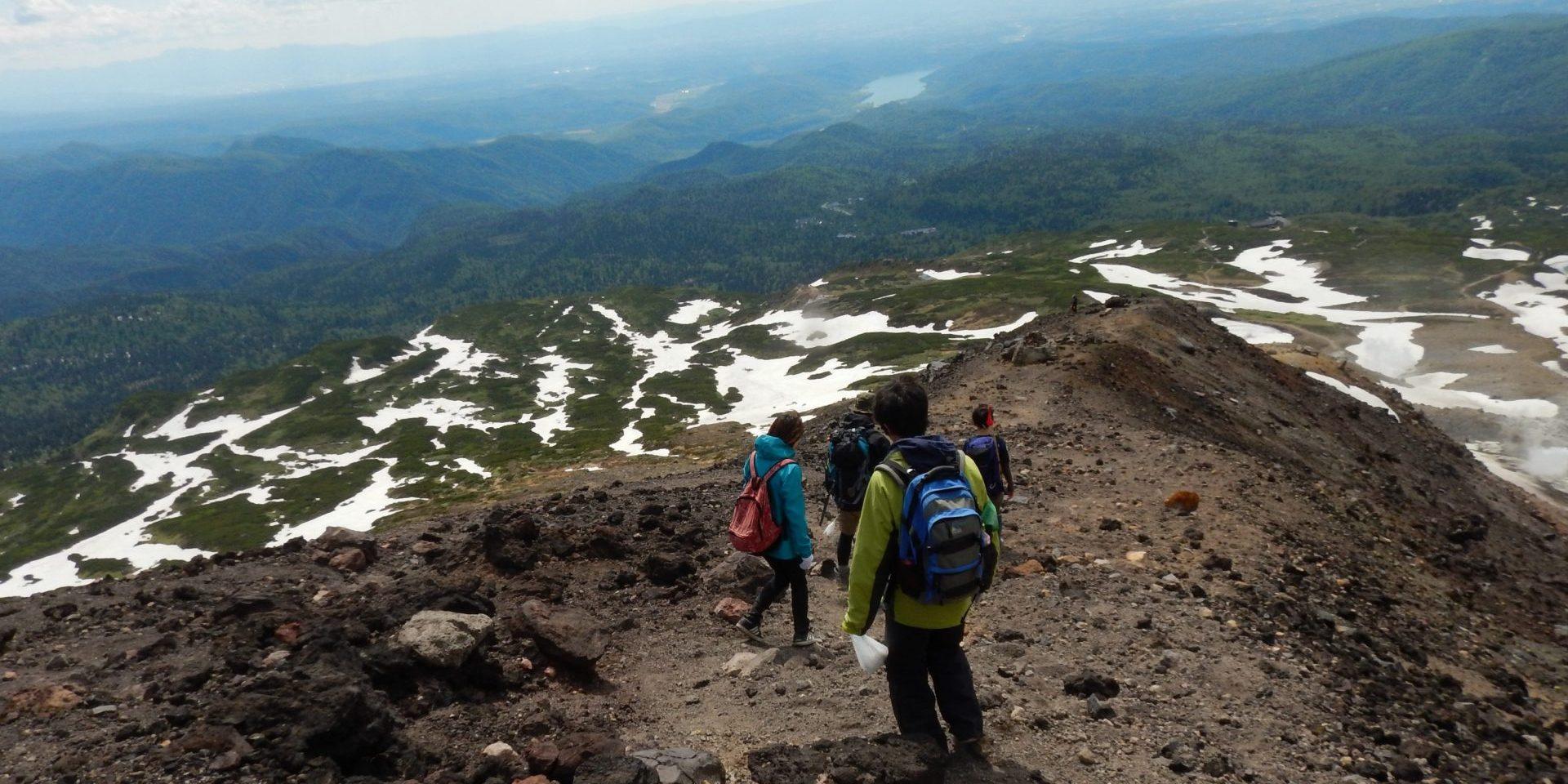 国立公園の中で学生ボランティアが活動できる唯一の場所ではないだろうか。大雪山国立公園旭岳の自然保護プロジェクトでは、このような雄大な光景に目を奪われることがたくさんある。