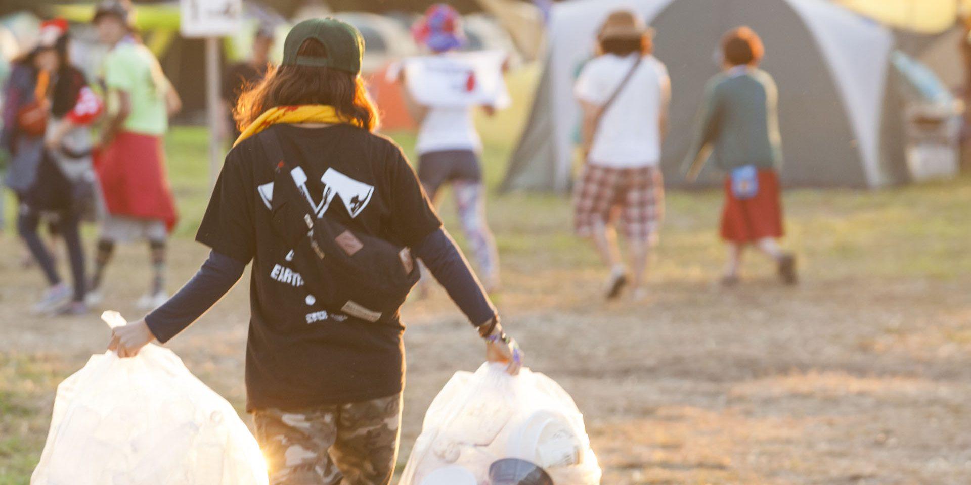 RISING SUN ROCKFESTIVALが翌年もたくさんの笑顔あふれる場となるように、会場のピースキーパーとなるボランティア。年齢・地域を超えて160人がともに活動する。